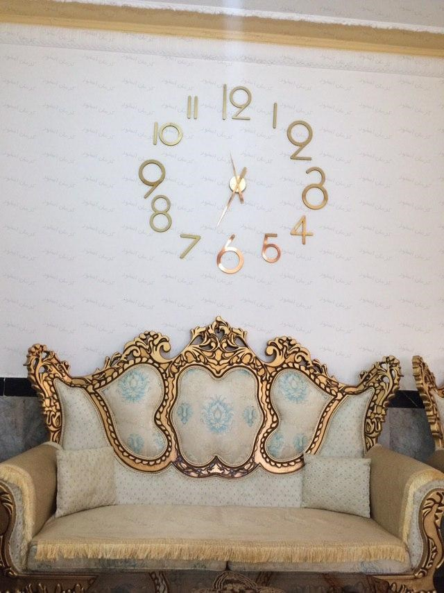 نمونه نصب شده ساعت دیواری فانتزی طرح لیدیا طلایی